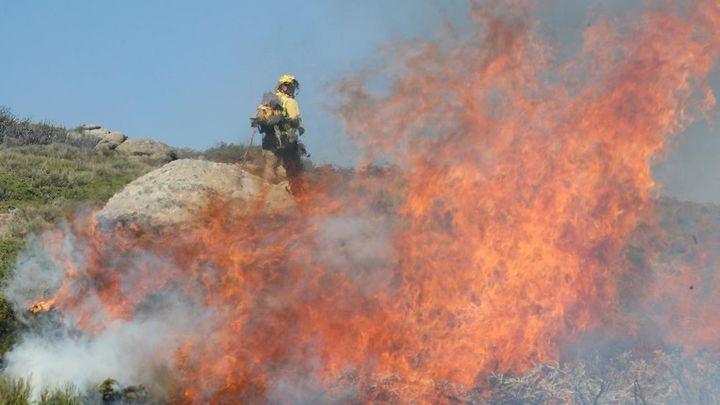 Los incendios de Miraflores y La Granja evolucionan de forma favorable