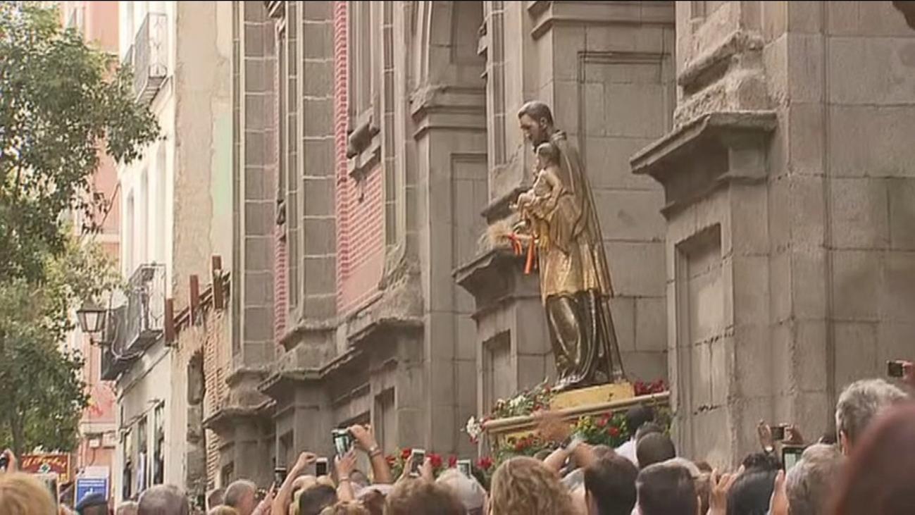 Miles de madrileños acompañan a San Cayetano en procesión por la calles de Madrid