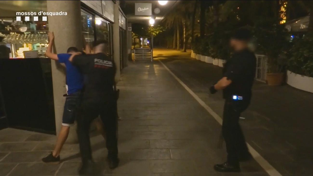 Los manteros de Barcelona esquivan la presión policial