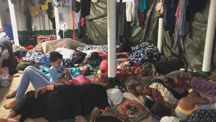 Más de 100 migrantes a bordo del barco Open Arms continúan a la espera de un puerto