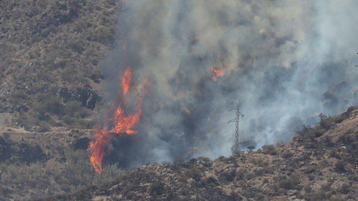 Medios aéreos y terrestres trabajan para contener el incendio de Gran Canaria