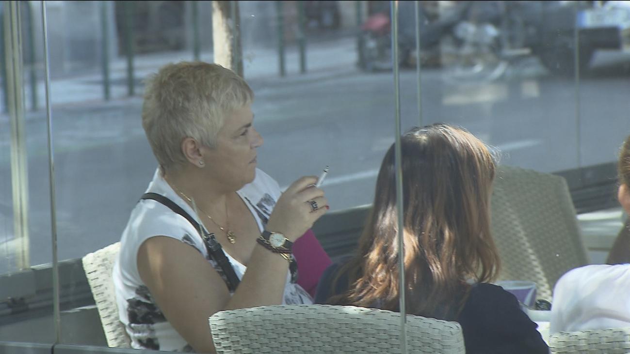 El Gobierno plantea endurecer la ley Antitabaco y prohibir fumar en las terrazas