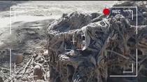 Una enorme montaña de toallitas invade la orilla del Río Jarama