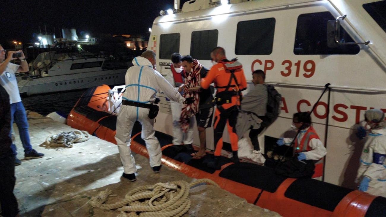 Tensa espera en el Open Arms a media milla de Lampedusa