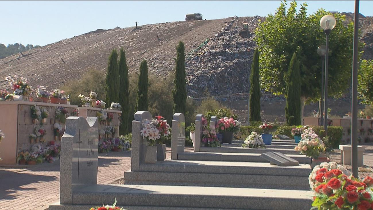 Un cementerio junto a una montaña de basura en Alcalá de Henares