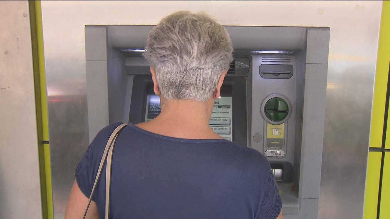 Voluntarios acompañan a los mayores de Fuenlabrada al banco para evitar que les roben