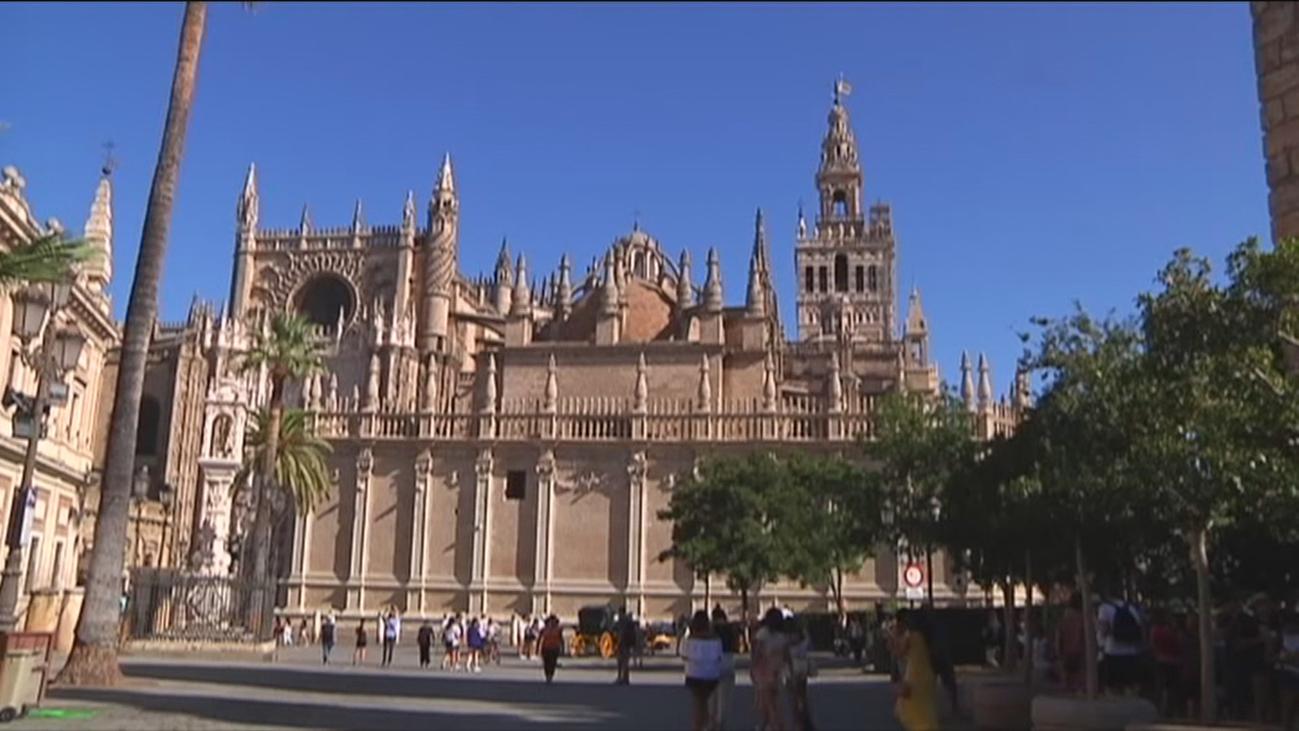 La catedral de Sevilla endurece las normas de vestimenta para visitar el templo