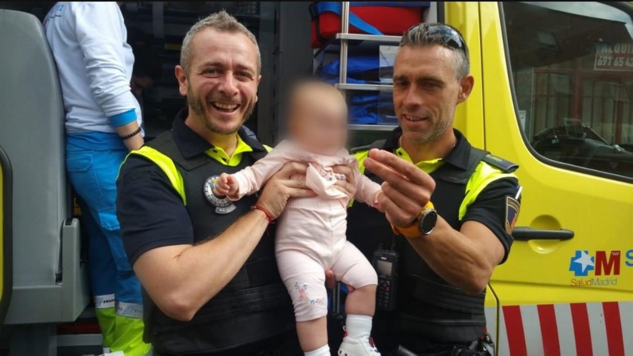 Dos policías de Alcalá de Henares salvan a una bebé de ocho meses
