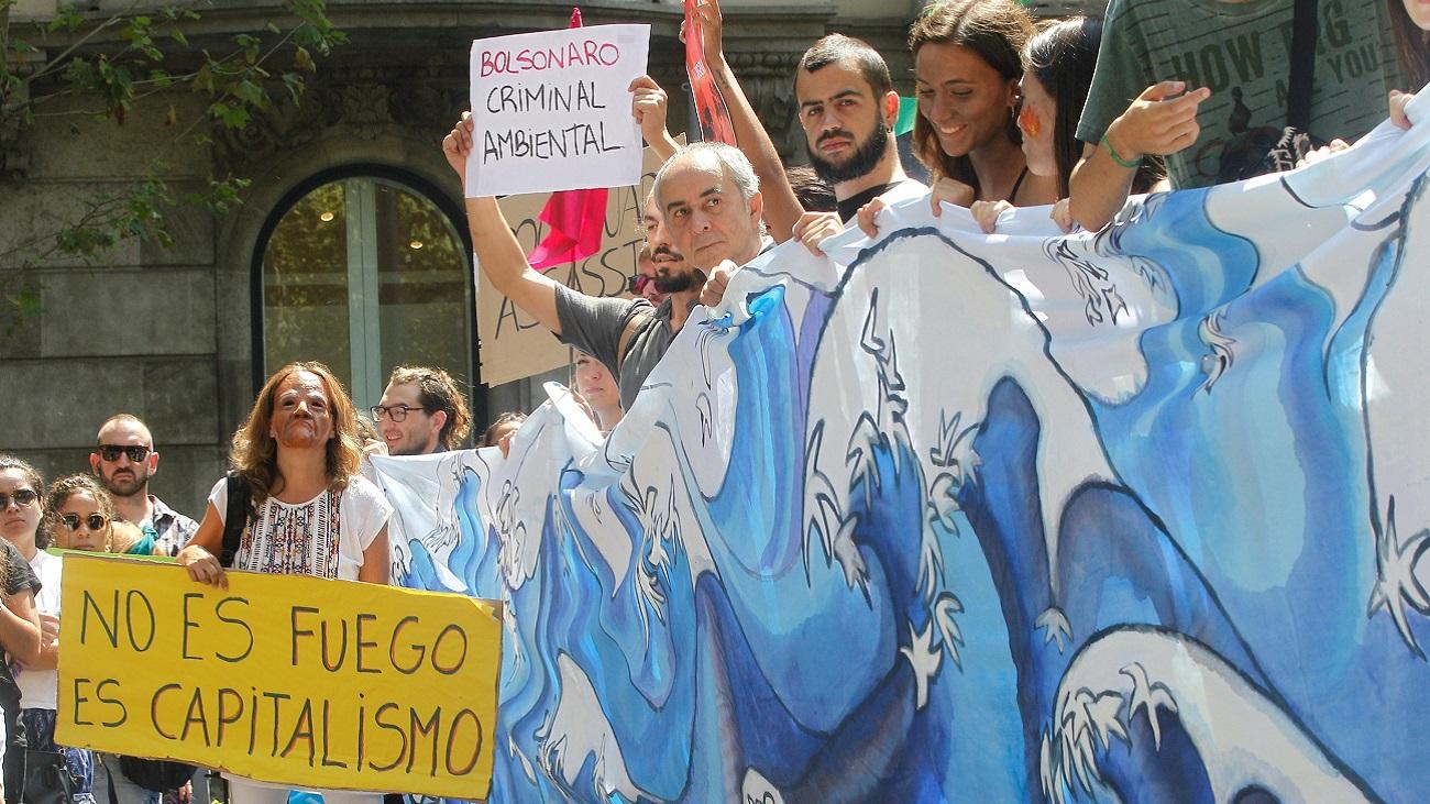 Bolsonaro manda refuerzos militares para luchar con el incendio del Amazonas