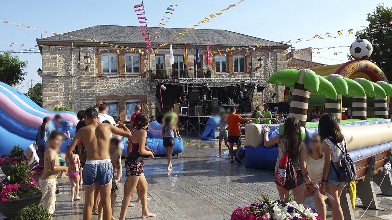 Vecinos de Zarzalejo montan juntos una plaza de toros para las fiestas del municipio