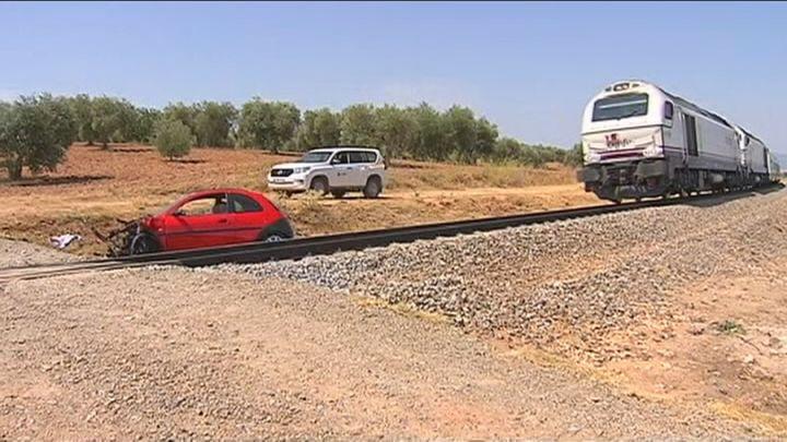 Dos heridos al arrollar un tren de la línea Madrid-Zafra a un coche averiado