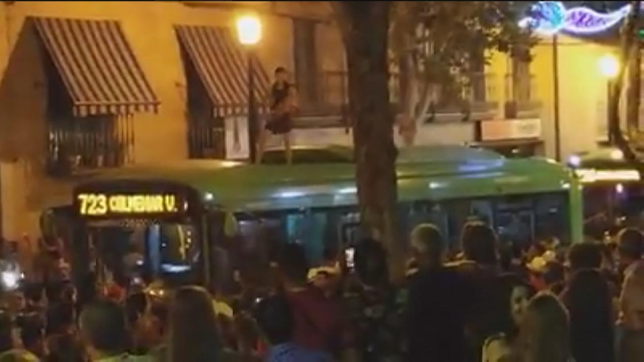 Un joven se sube encima de un autobús y bloquea su salida en Colmenar Viejo