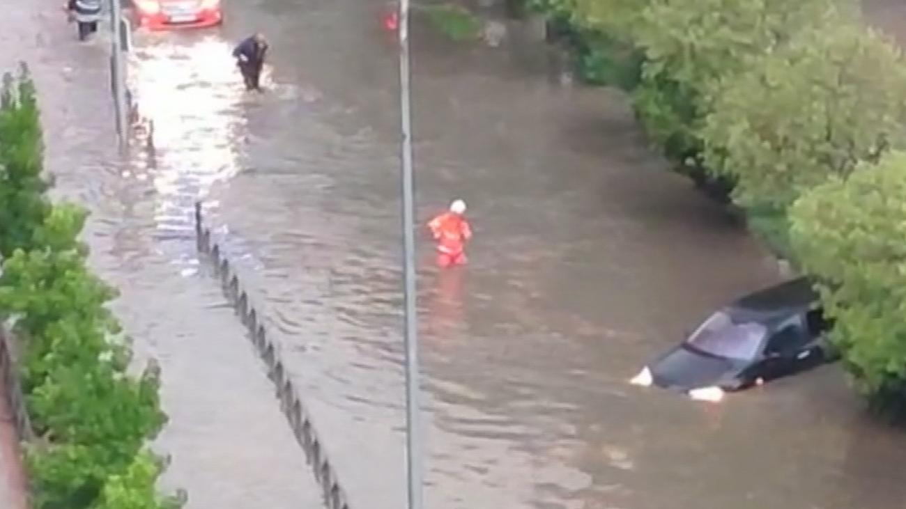 Las imágenes del rescate de la vecina de Fuenlabrada atrapada con sus hijos en el coche
