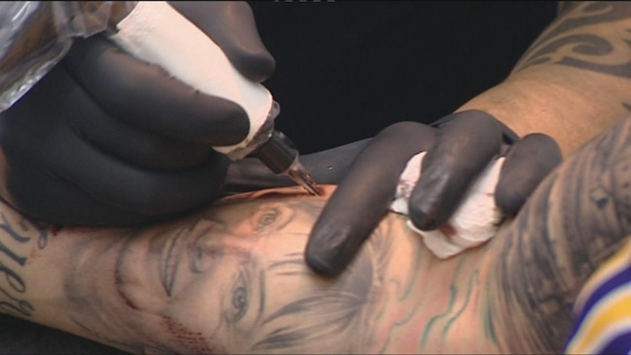 Un estudio advierte de que los tatuajes dejan partículas de metal en el organismo