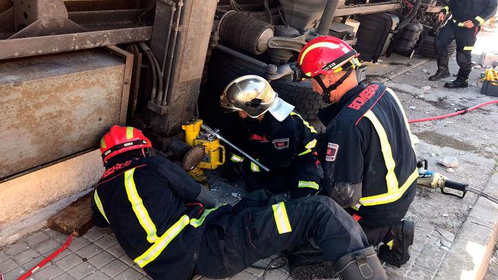 Un trabajador grave al volcar en Algete un camión grúa que estaba descargando