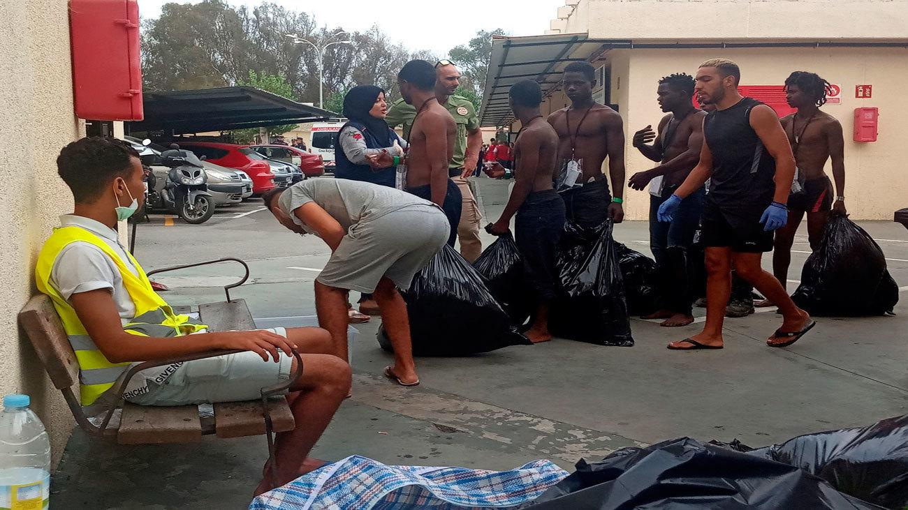 Más de 100 migrantes entran en Ceuta saltando su doble  valla