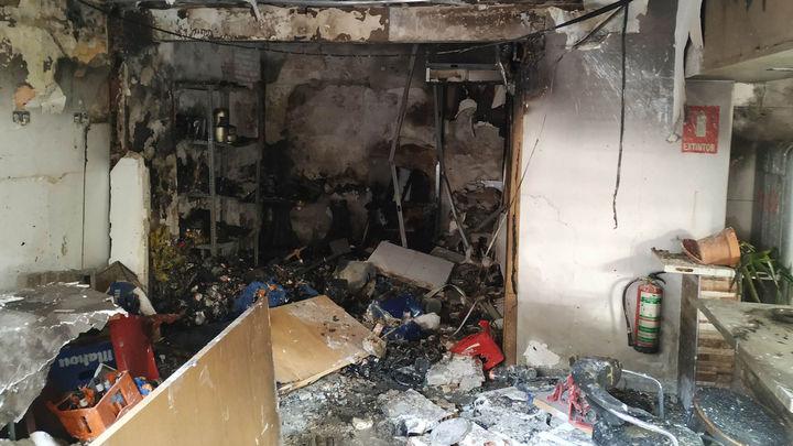 Extinguen un incendio provocado por una explosión en un local de Leganés
