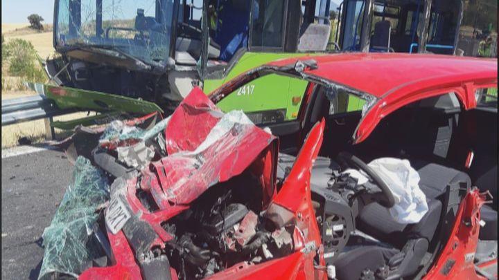 Una colisión frontal entre un autobús y un coche en la M-225 deja 8 heridos, uno grave