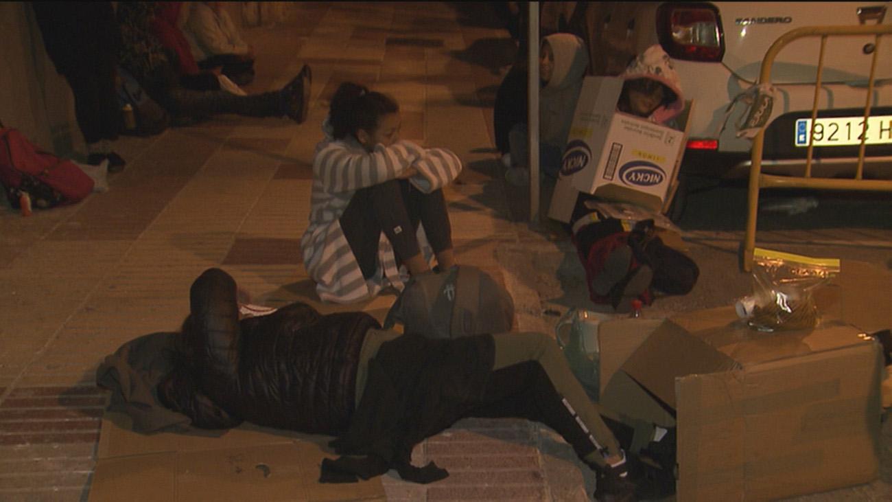 Decenas de padres pasan la noche haciendo cola para matricular a sus hijos