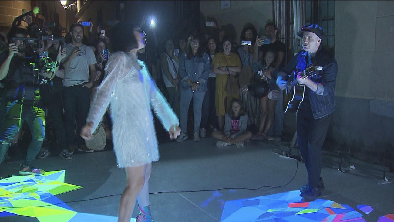 Amaral sorprende a todos con un concierto improvisado en plena calle