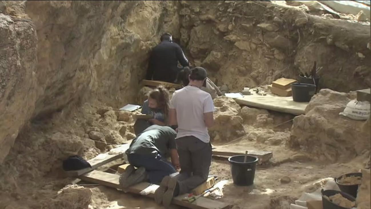 Unas 500 personas se convierten en arqueólogos por un día en Pinilla del Valle