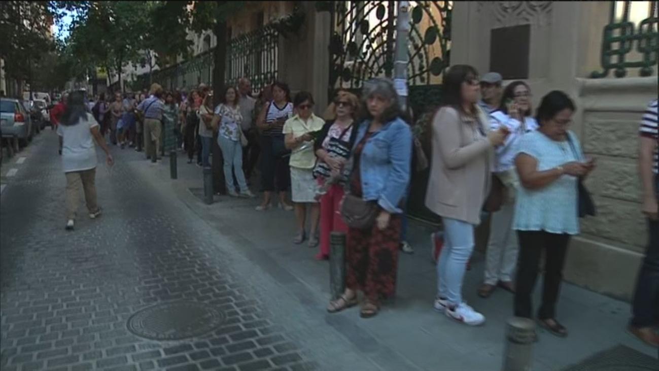 Cientos de personas acuden a la capilla ardiente de Camilo Sesto