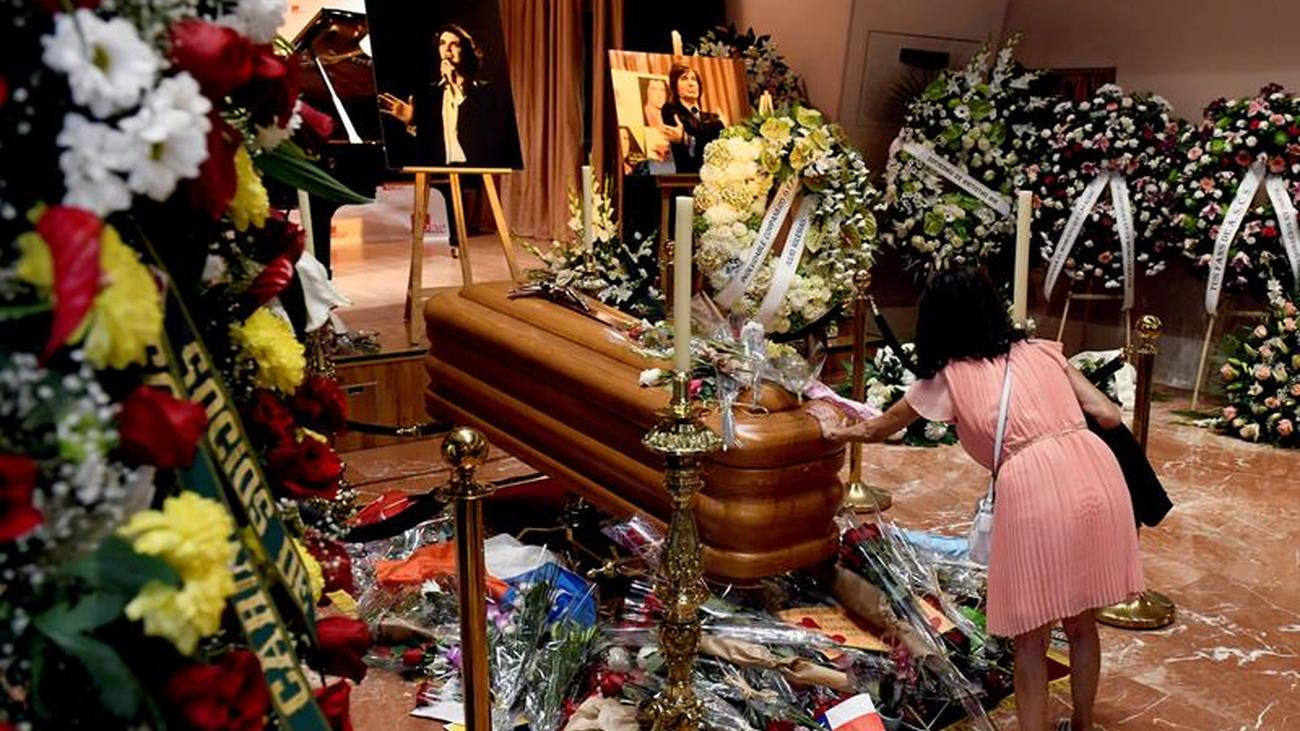 Cientos de personas dan el último adiós a Camilo Sesto
