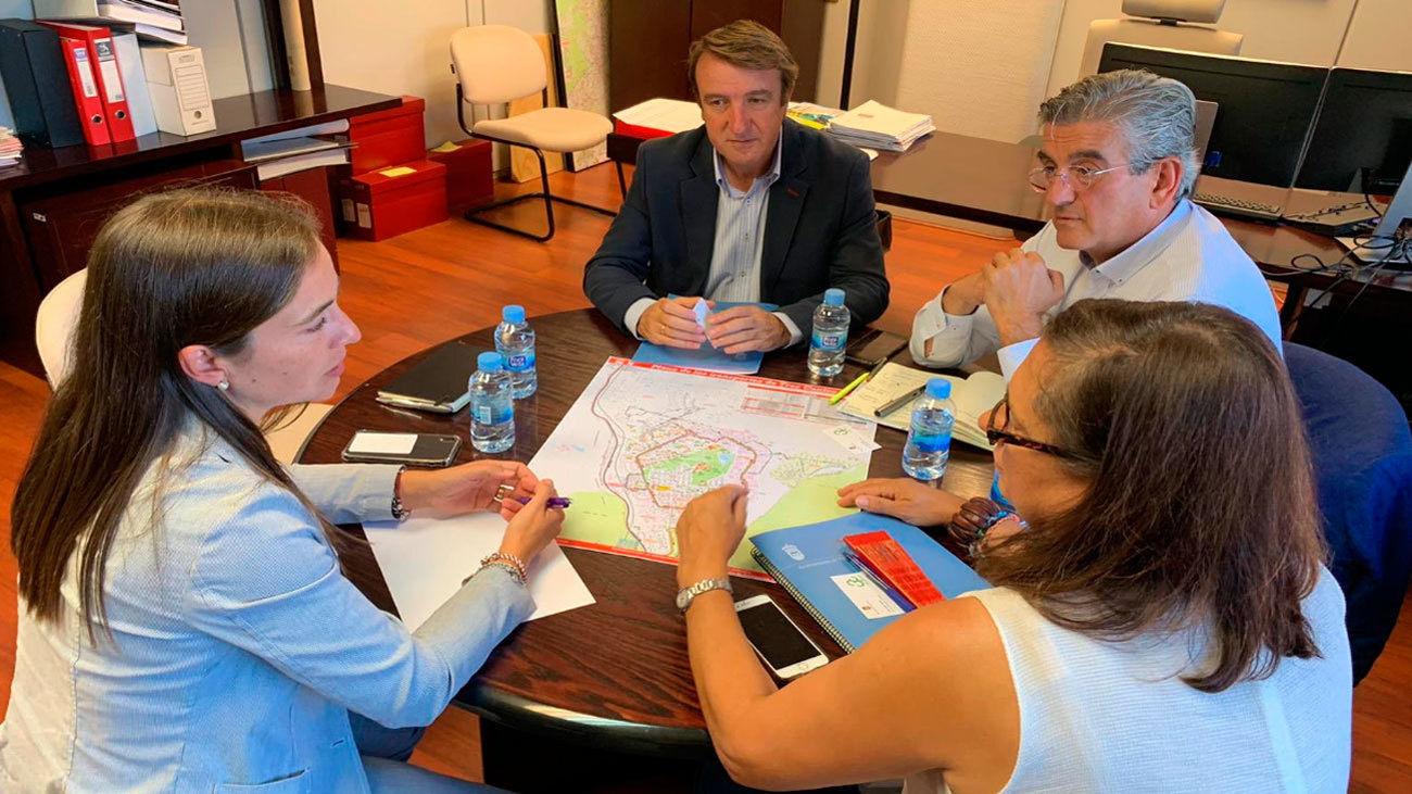El alcalde de Tres Cantos con técnicos del Consorcio de Transportes