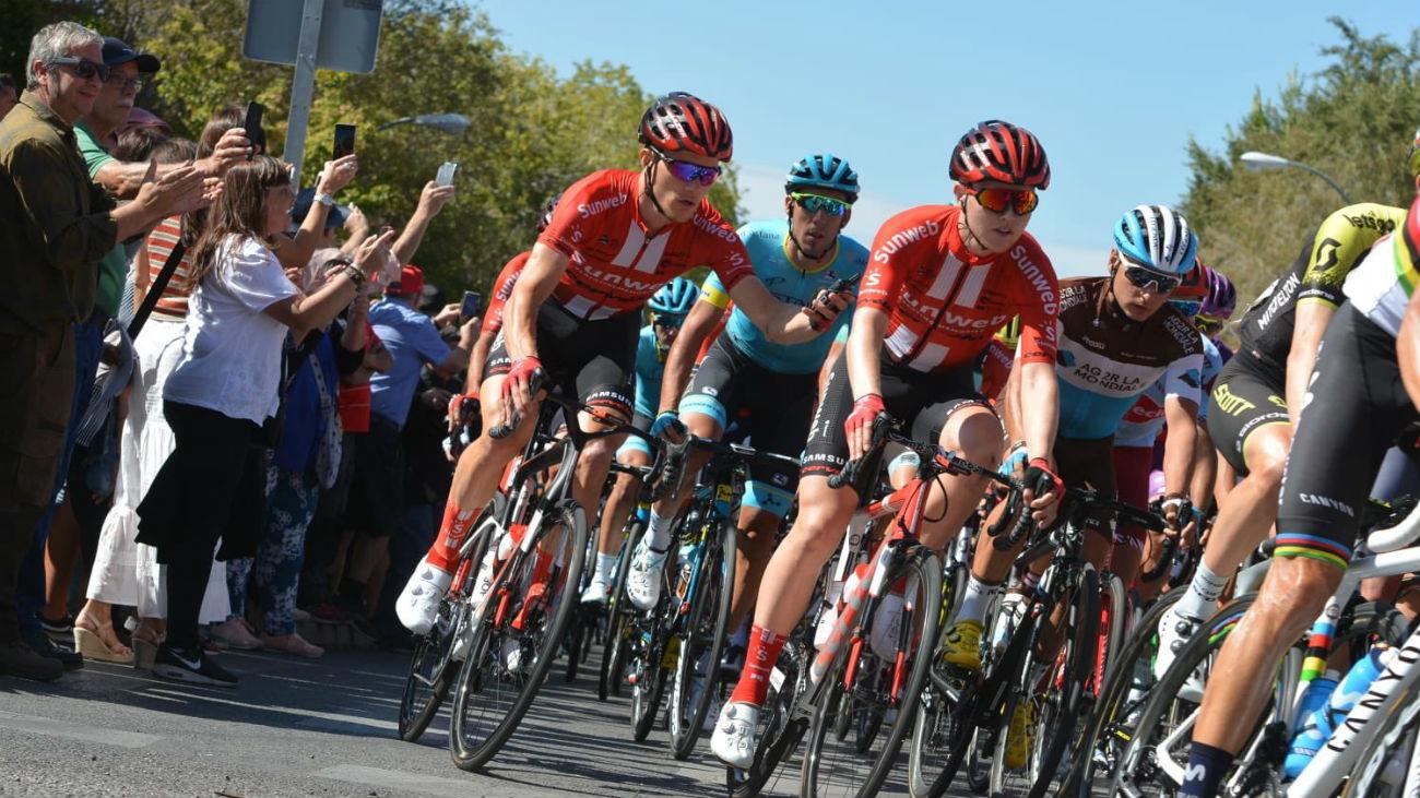 Ambientazo en Colmenar Viejo en la salida de la etapa madrileña de la Vuelta