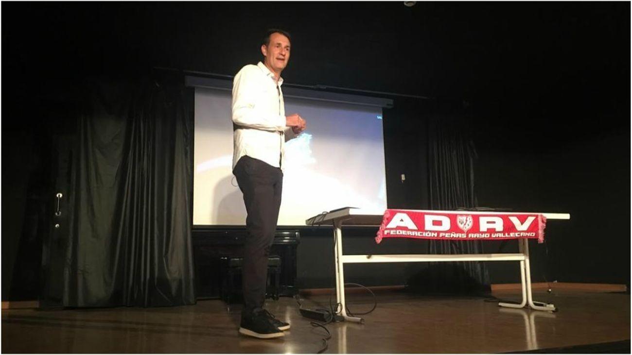 Los aficionados del Rayo Vallecano reciben lecciones del VAR