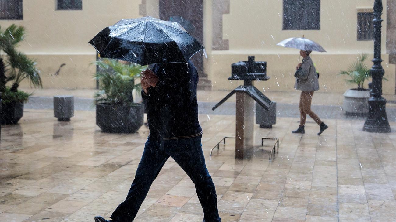 La Aemet amplía  la alerta amarilla por lluvias y tormentas en la región este domingo