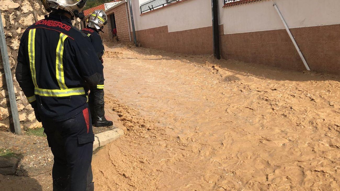 Bomberos de la Comunidad de Madrid trabajan para ayudar a los afectados por las lluvias
