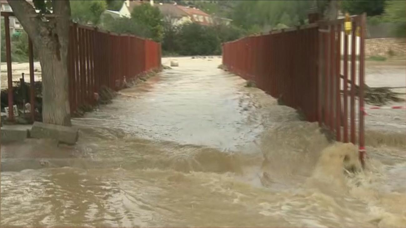 La riada divide Villar del Olmo en dos