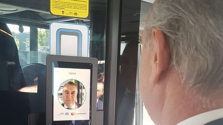 Entrar en un autobús de Madrid... y pagar con la cara