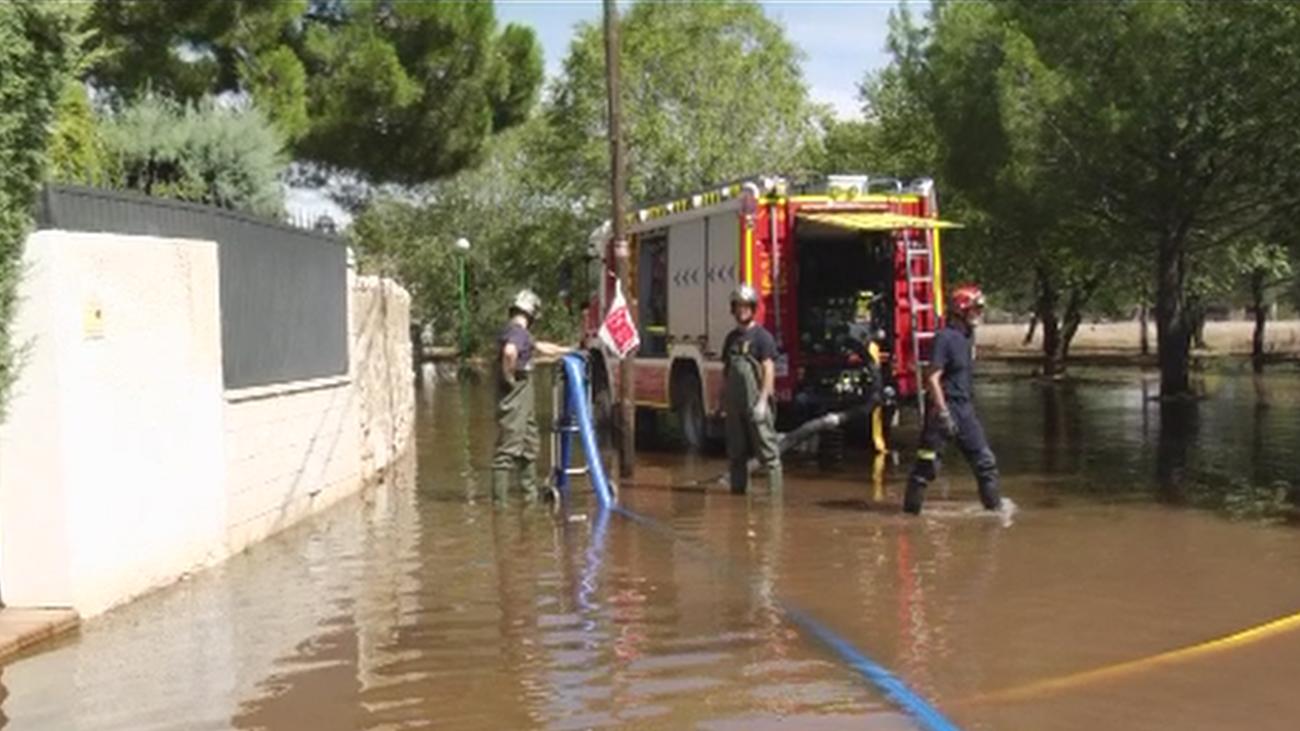 Acompañamos a los Bomberos de la Comunidad en sus labores de achicamiento de agua