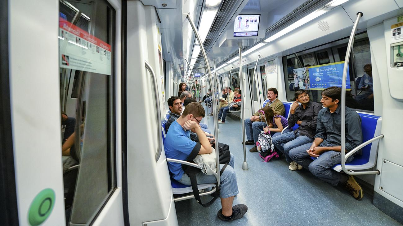 Grupos de ciudadanos patrullan el metro de Barcelona para disuadir a los carteristas