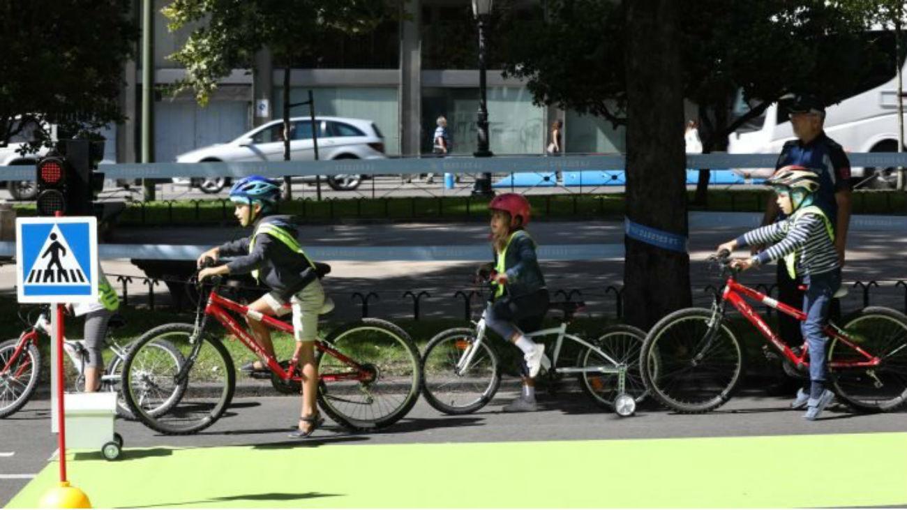 Niños en bicicletas