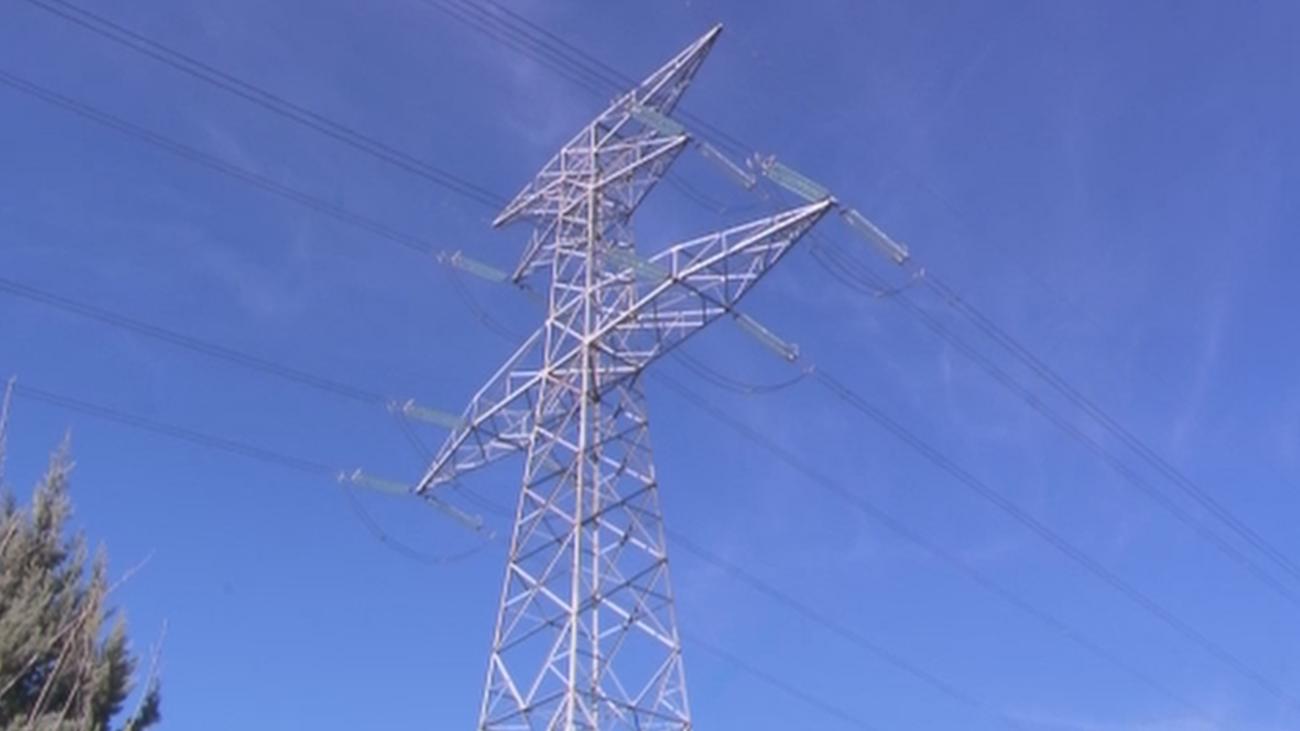 """El """"peligro"""" de vivir a metros de una torre de alta tensión en Arroyomolinos"""
