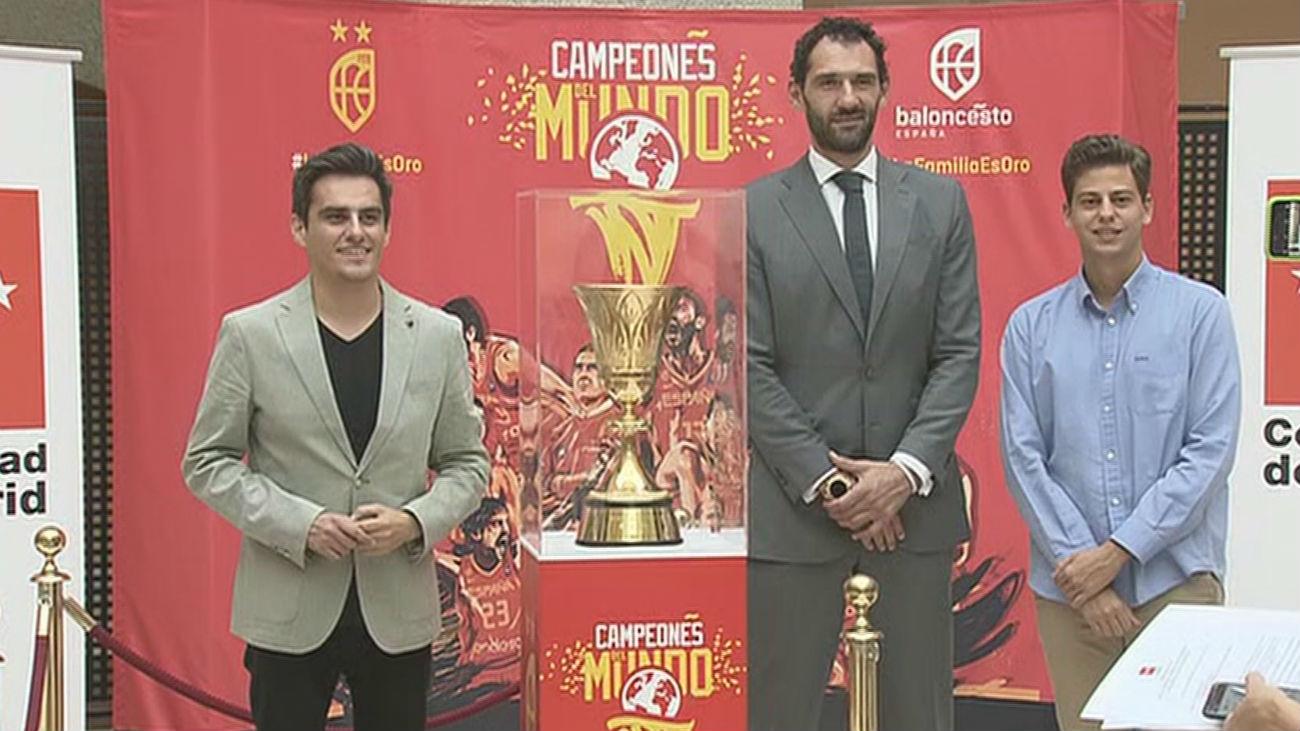 Los madrileños ya posan con la Copa del Mundo