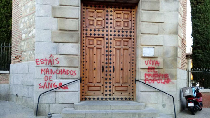 Atacan con pintadas de 'fascistas', 'nazis' y 'asesinos' una iglesia de Fuencarral