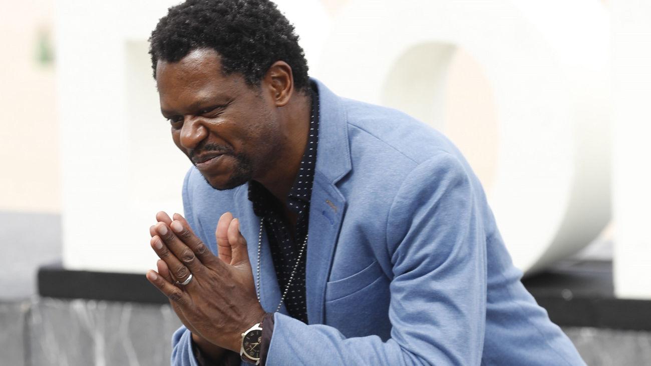 """El actor, Bukassa Kabengele, posa tras presentar su película """"Pacificado"""", en el marco del 67 Festival de San Sebastián"""