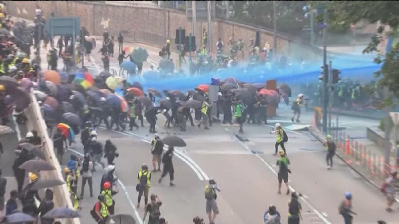 Batalla campal en las calles de Hong Kong en una nueva jornada de protesta