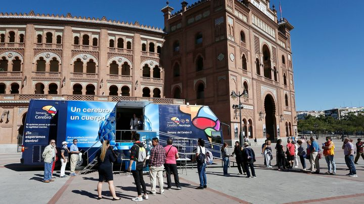 Madrileños comprueban su salud cerebral y agilidad mental en el autobús de la Semana del Cerebro