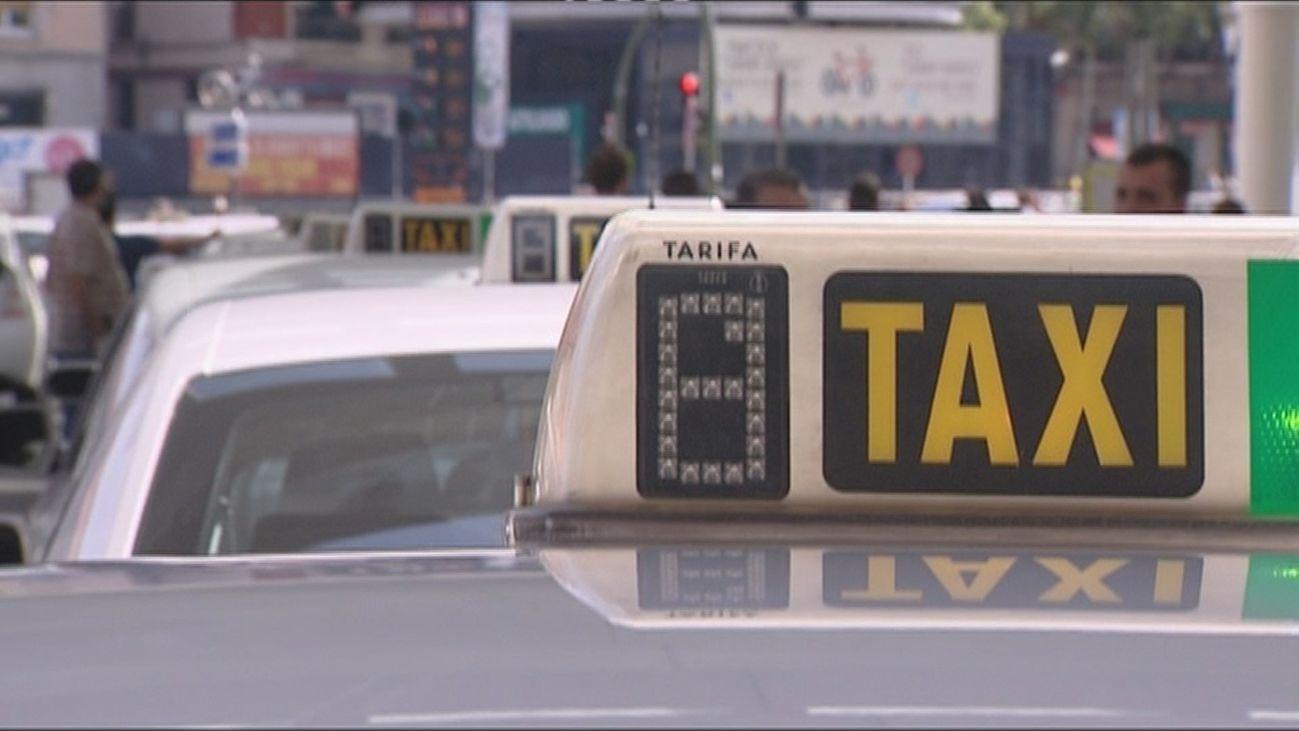Varios taxis en Madrid