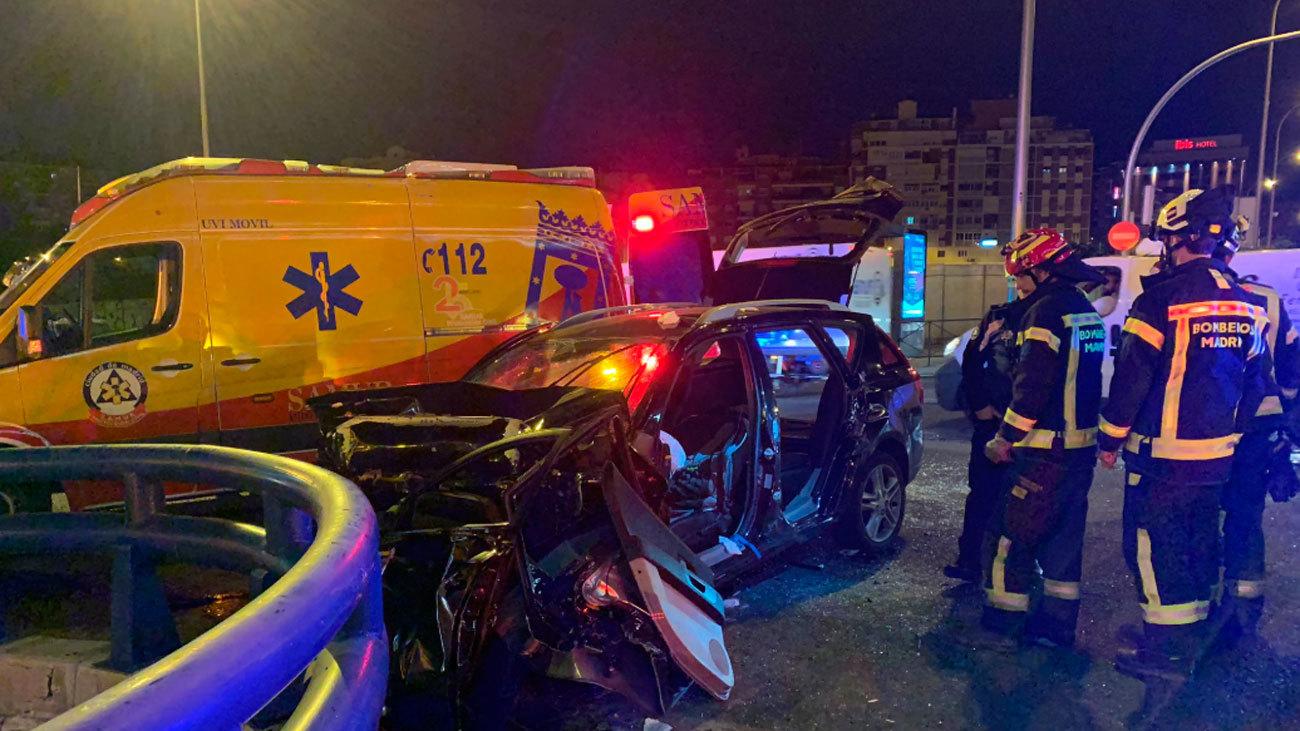 Dos heridos al chocar su coche a gran velocidad en el Puente de Ventas