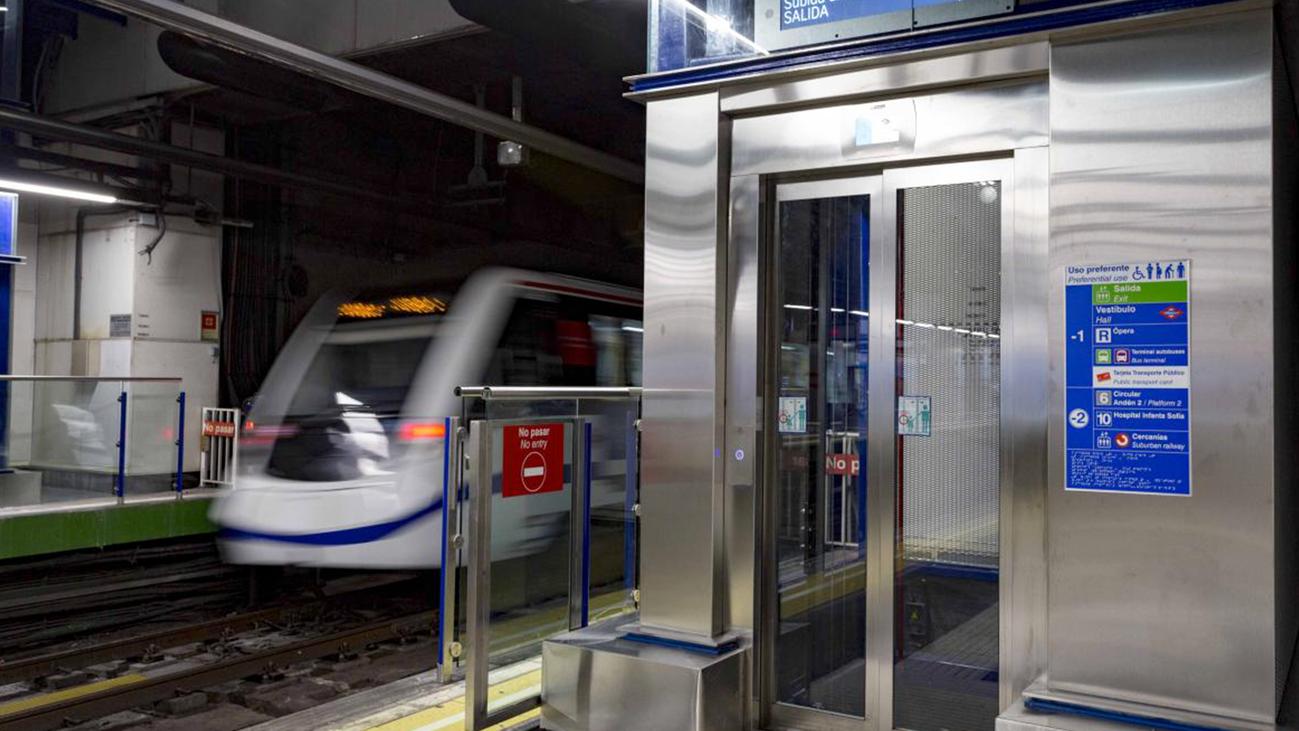 Reclaman ascensores en las estaciones de Puerta del Ángel y Alto de Extremadura de Metro