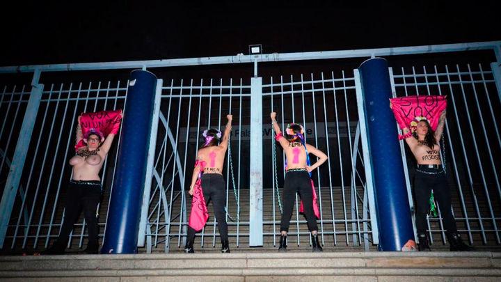 """Femen se encadena en Vistalegre para decir que Vox """"amenaza la democracia"""""""