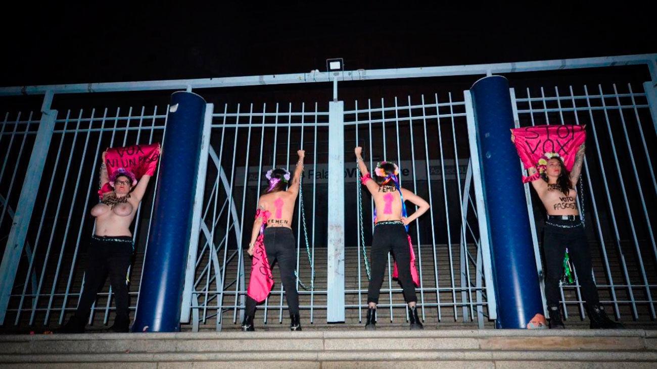 Cuatro activistas del movimiento feminista Femen se han encadenado esta madrugada a las rejas del Palacio de Vistalegre