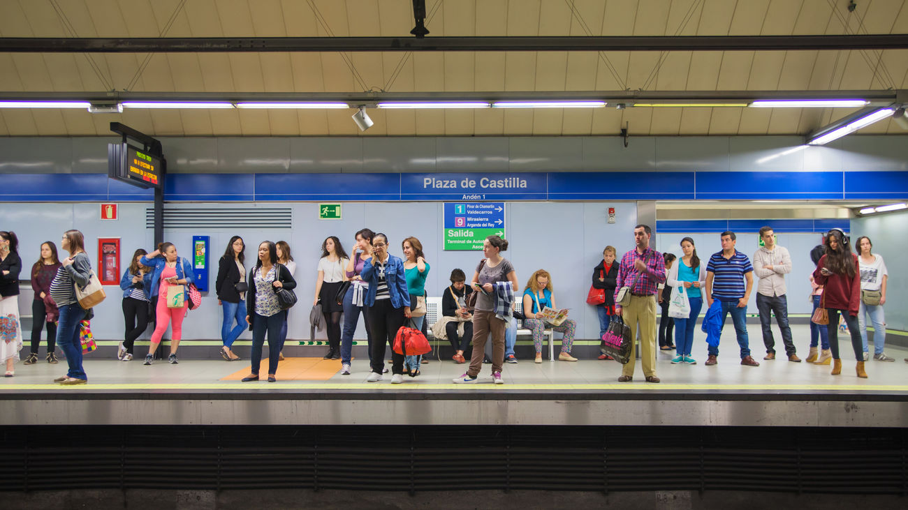 Viajeros esperan en un andén de Metro de Madrid