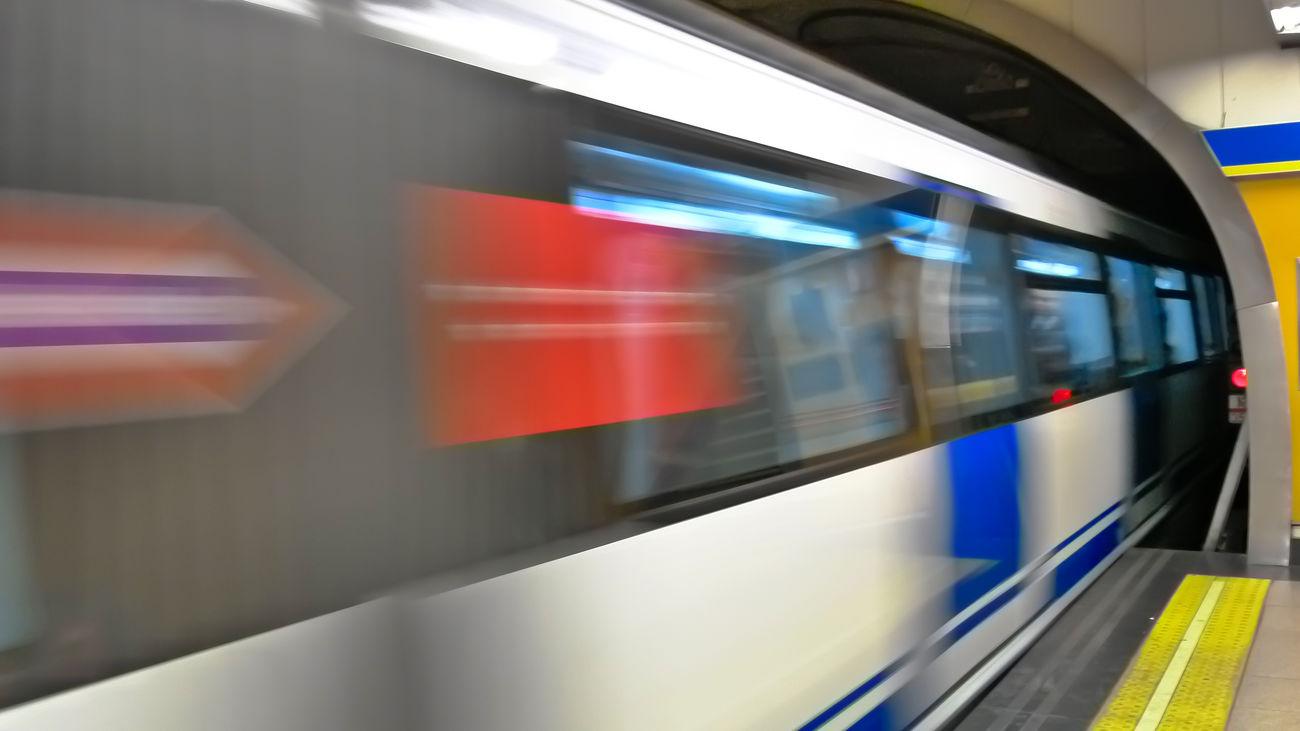 Un tren de Metro, entrando en una estación